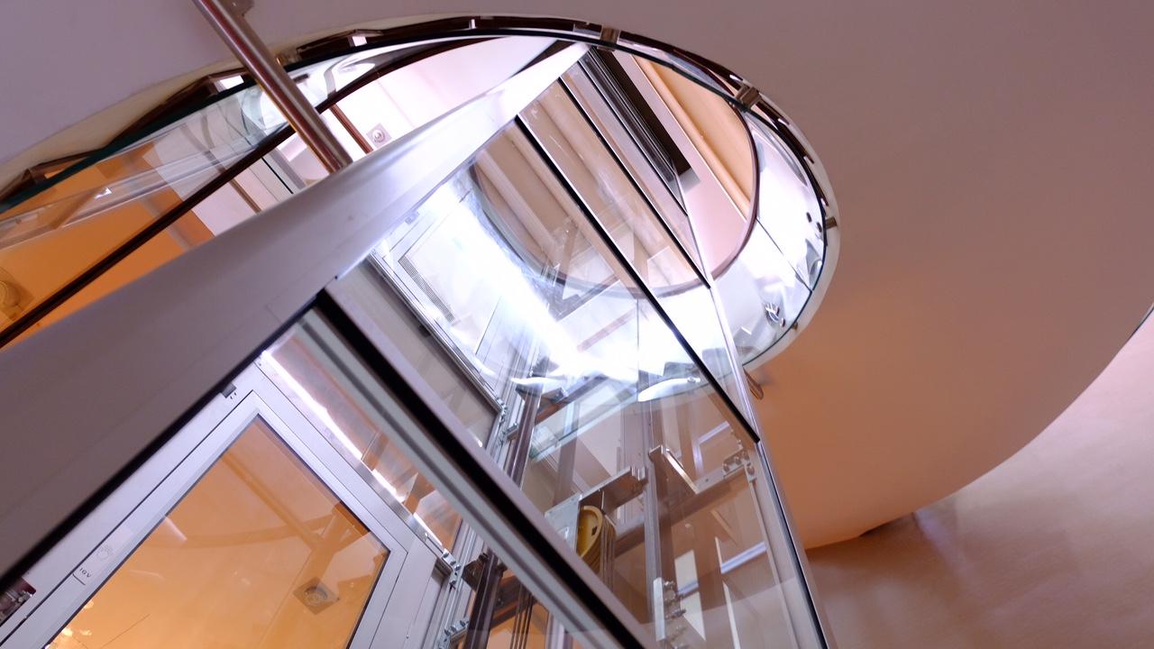 Lợi ích khi lắp đặt thang máy lồng kính trong nhà