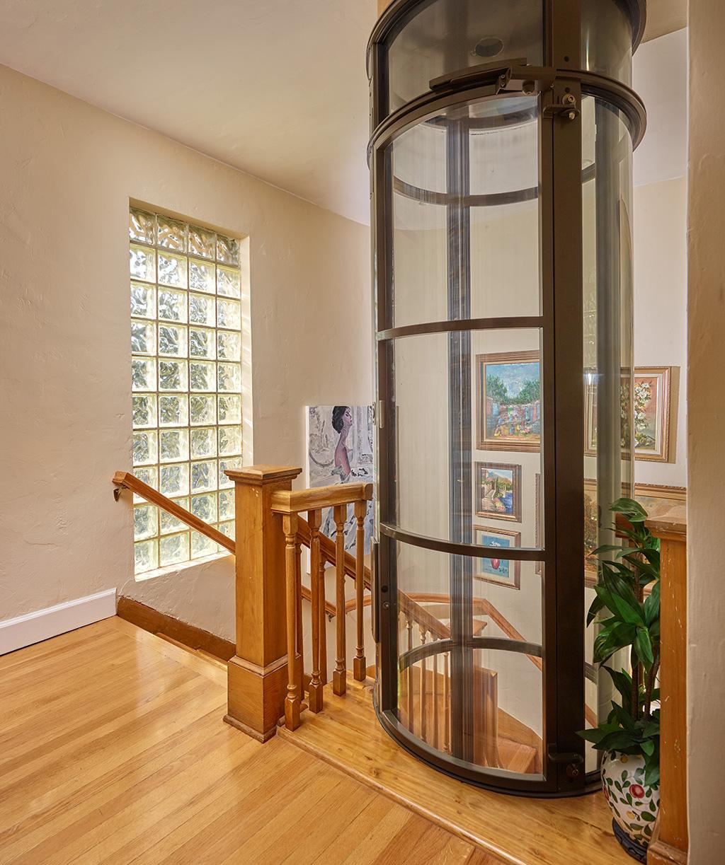 Thang máy kính mang đến tầm nhìn toàn cảnh cho ngôi nhà